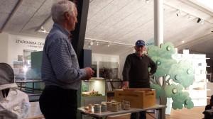 Ingvar och Ferdinand pratar biodling på Vänermuseet